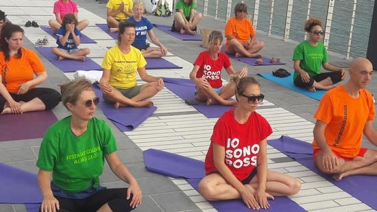 Alassio-united-colors-of-yoga-free-gratuito-per-tutti-festa-colori-lucia-ragazzi-essere-benessere